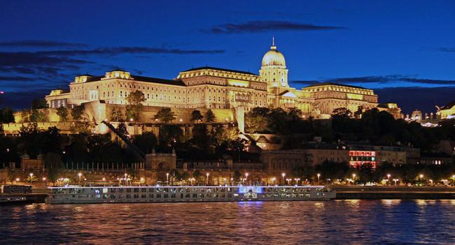 Khung cảnh lâu đài Buda về đêm