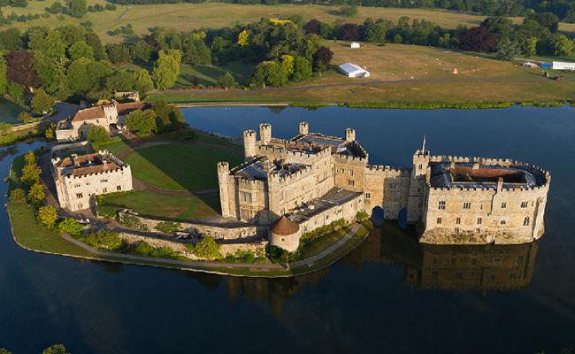 Cung điện xa hoa với diện tích rộng lớn với những hào nước bao quanh được nuôi bằng sông Lèn.