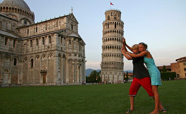 Du khách đặc biệt ưa thích chụp ảnh bên Tháp