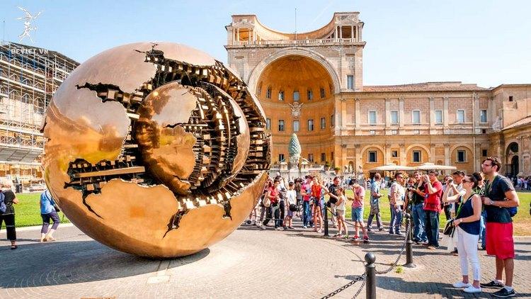 Quả cầu khổng lồ bị vỡ ở Vatican