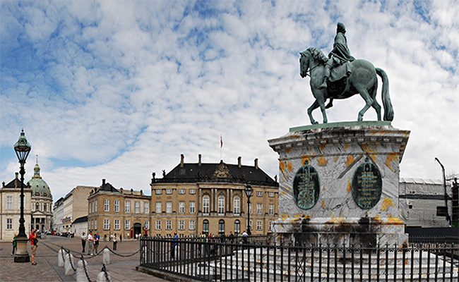 Cung điện hoàng gia Amalienborg nổi tiếng nhất tại Đan Mạch
