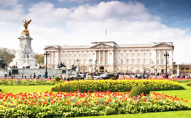 Cung điện Buckingham một trong những dinh thự nổi tiếng nhất tại Anh