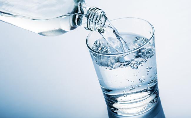 kinh nghiệm đi máy bay - uống đủ nước