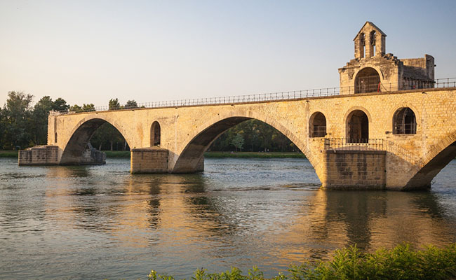 Cây cầu nổi tiếng Pont Saint-Bénézet