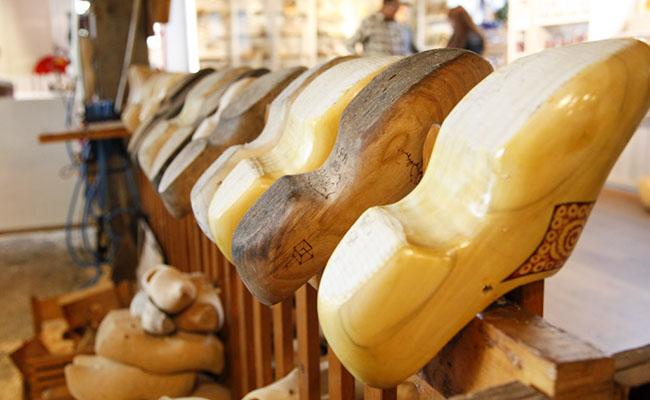 Tìm hiểu về guốc gỗ ( giày gỗ Hà Lan ) và thử đi nó