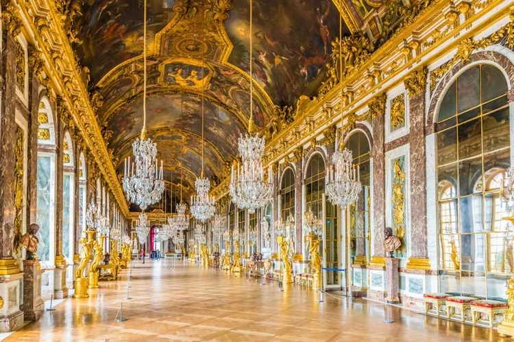 Bên trong cung điện trang trí lộng lẫy