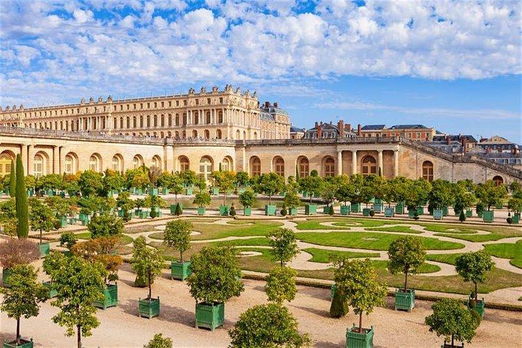 khuôn viên sân vườn rộng lớn của cung điện Versailles