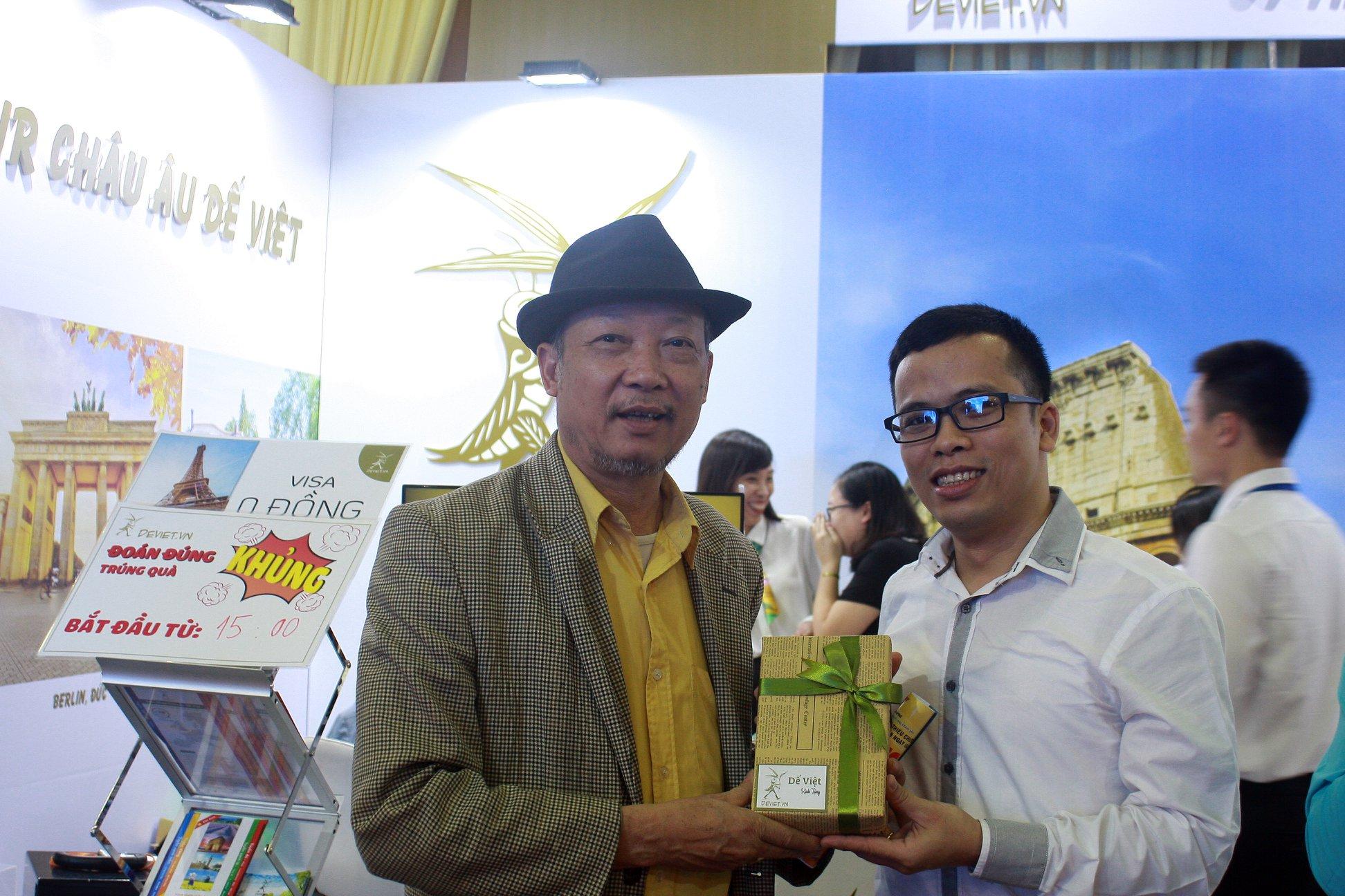 Những vị khách may mắn nhận được phần quà từ Dế Việt