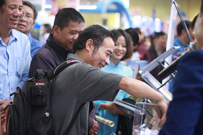 Khách hàng vui vẻ tham gia chương trình bốc thăm trúng thưởng tại gian hàng Dế Việt
