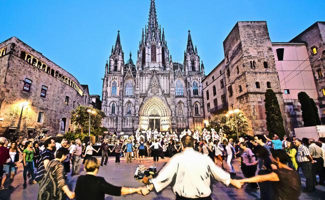 nhà thờ barcelona cathedral - điệu nhảy sardana