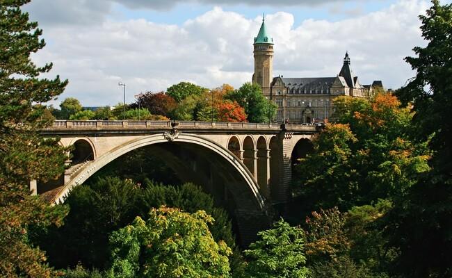ngắm cảnh trên cầu adolphe