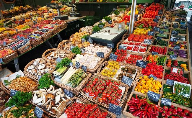 hàng hóa bày bán tại khu chợ 200 tuổi viktualienmarkt