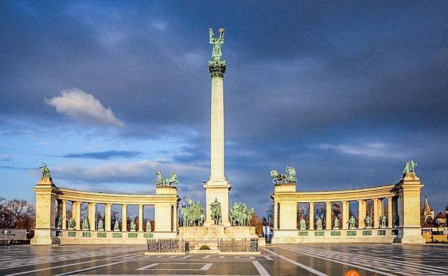 quảng trường anh hùng heroes square - đài tưởng niệm quốc gia