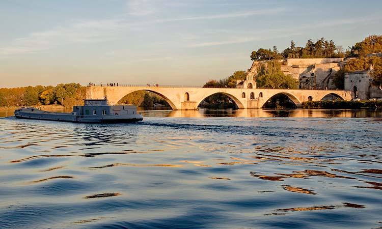 ngắm cảnh tại cầu Saint - Benezet