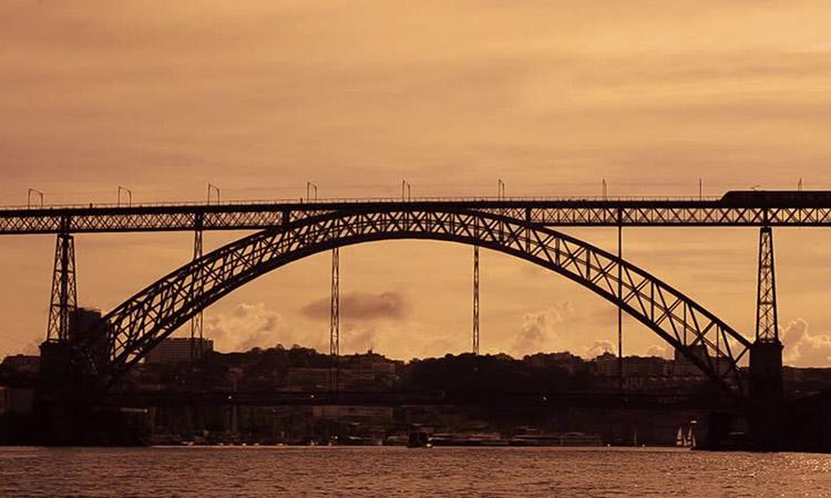 Cây cầu lúc hoàng hôn