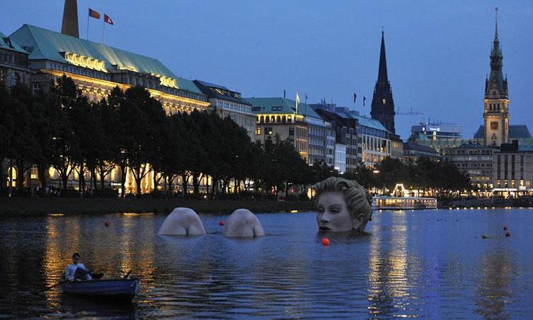 Bức tượng tiên cá trên hồ Alster
