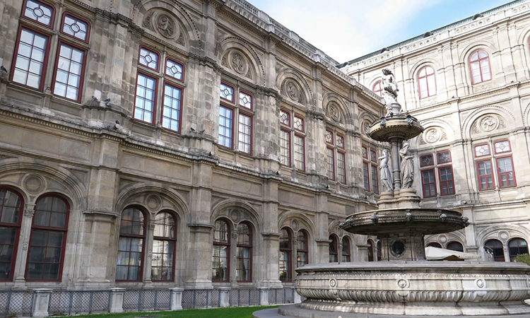 Ngoại thất của nhà hát lớn Opera Vienna House