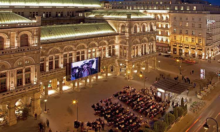 Khu ngoài trời của nhà hát Opera Vienna