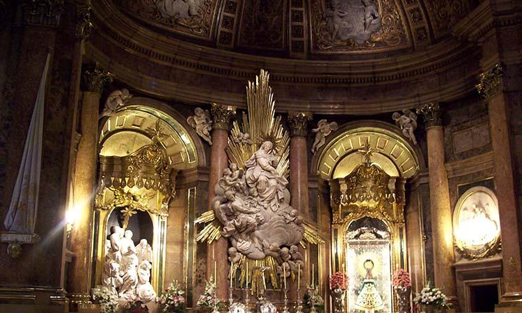 Nội thất trong nhà thờ