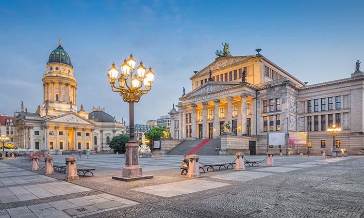 Quảng trường Gendarmenmarkt nằm ở vị trí trung tâm, thuận tiện để tới bằng các phương tiện công cộng