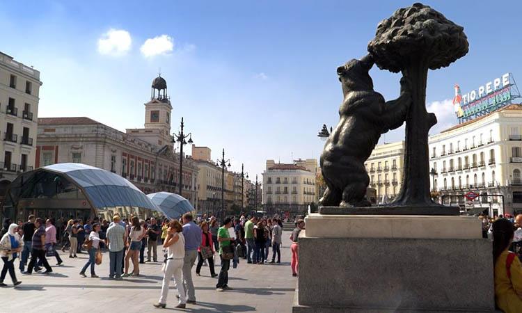 Bức tượng Con Gấu và Cây Dâu Dại