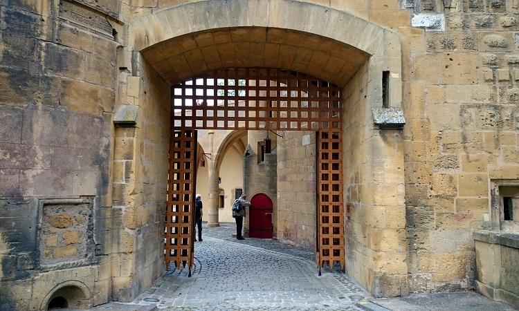 Bên trong cổng thành