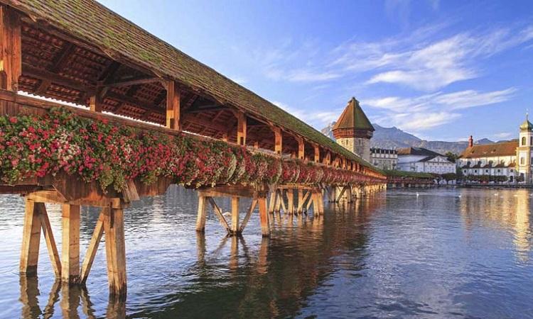 Cầu gỗ cổ trên hồ