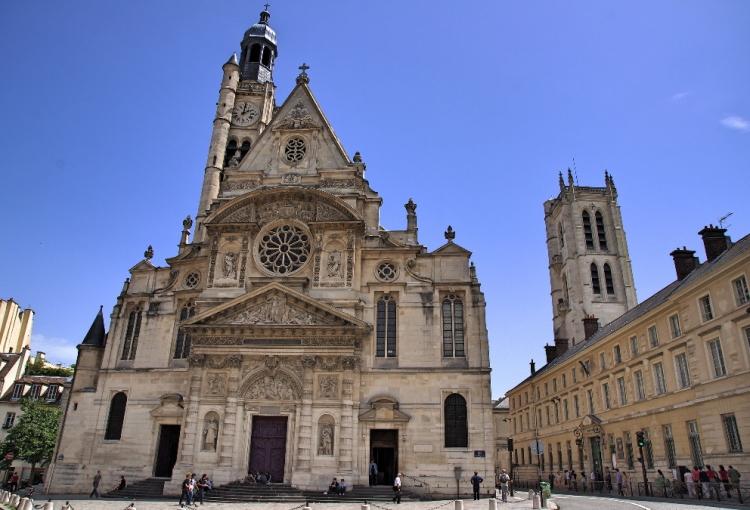 Phía trước nhà thờ