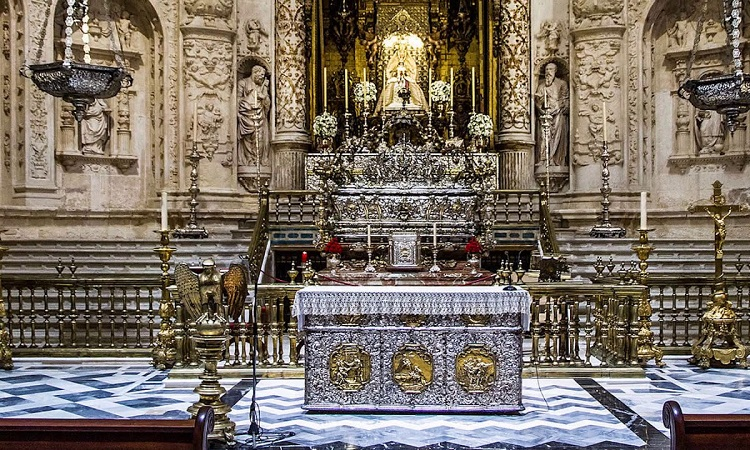 Bên trong nhà thờ Seville