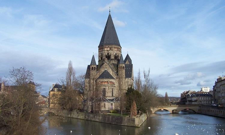 Toàn cảnh nhà thờ Temple Neuf