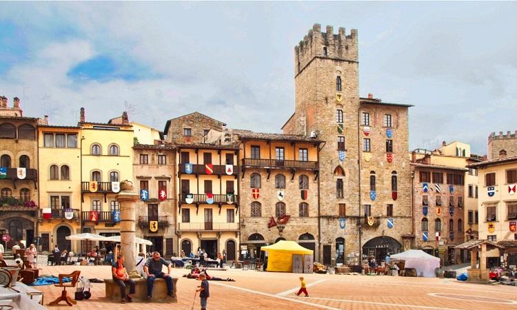 Du khách có thể chọn nhiều khách sạn trong thành phố Arezoo