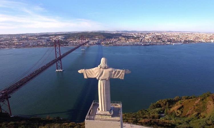 Bức tượng Chúa nhìn về phía cầu