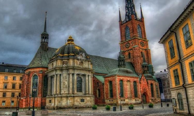 KHung cảnh nhà thờ đầy màu sắc nhìn từ bên ngoài