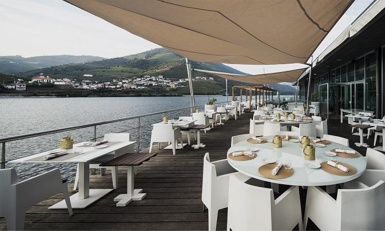 Khung cảnh bình yên trên sống Douro từ nhà hàng DOC