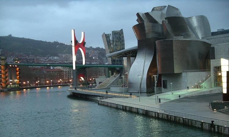 Các kiến trúc ấn tượng bên bờ