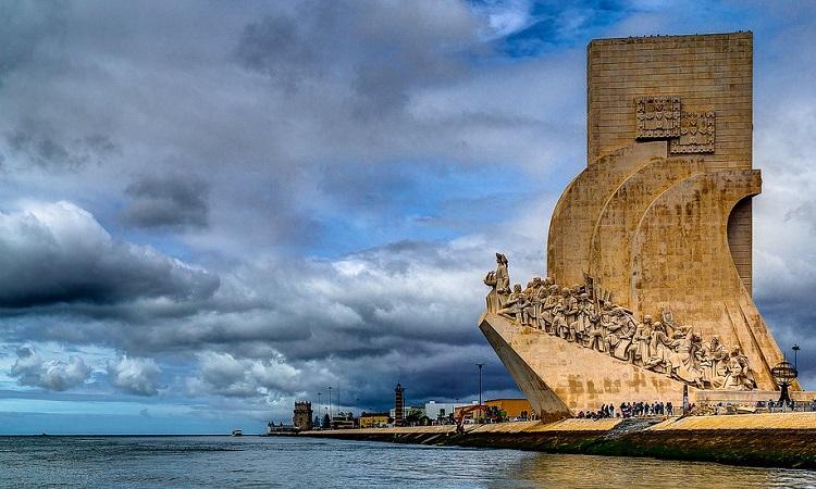 Tượng đài Cánh Buồm Đại Dương bên bờ sông Tagus