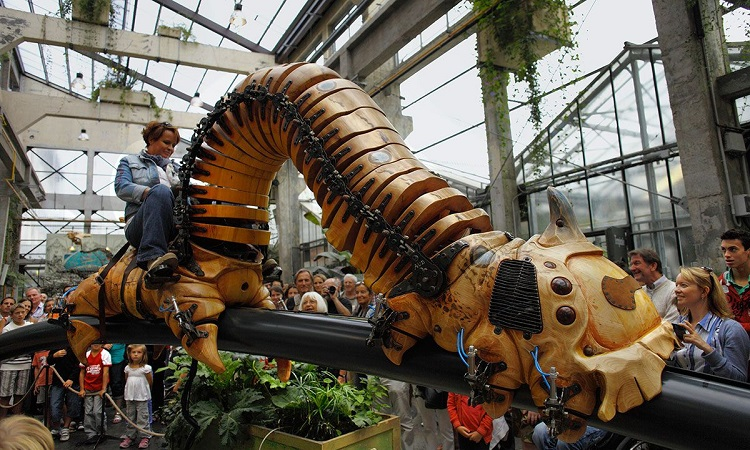 Một con sâu khổng lồ làm bằng gỗ và thép