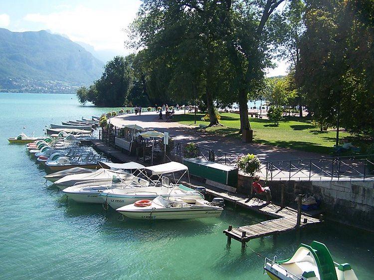 khu vườn nằm ngay bên hồ Annecy