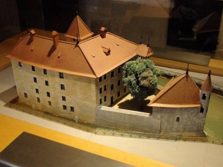 Lâu đài Palais de L'ile trông như 1 con tàu
