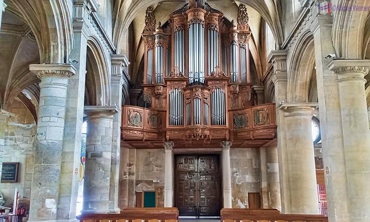 Nội thất nhà thờ được trang trí khá đơn giản, không cầu kỳ như nhiều nhà thờ khác ở Pháp