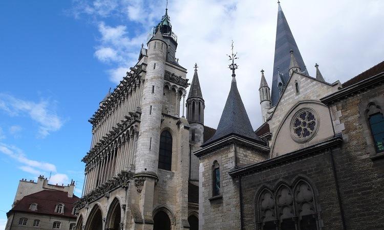 Vẻ ngoài bề thế của Nhà thờ Notre-Dame