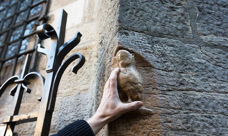 Bức tượng con cú ở nhà thờ, biểu tượng may mắn