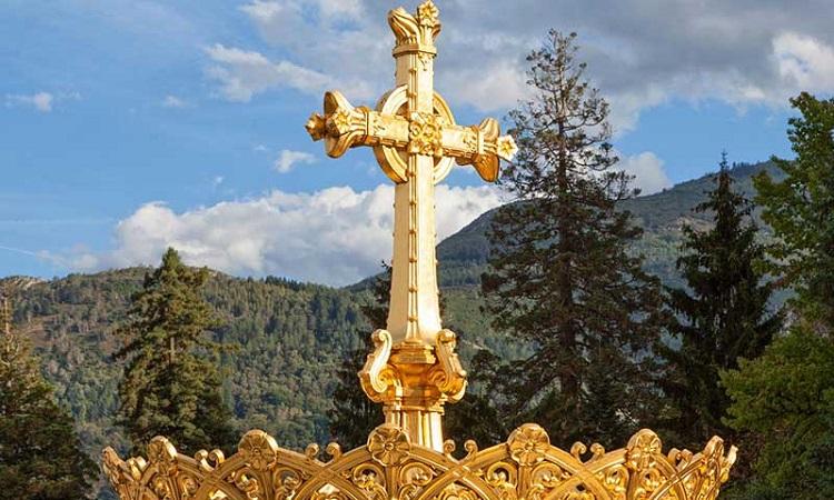 Cây thánh giá và vương miện mạ vàng