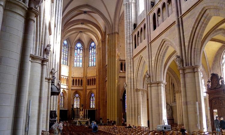 Bên trong Nhà thờ Saint Benigne