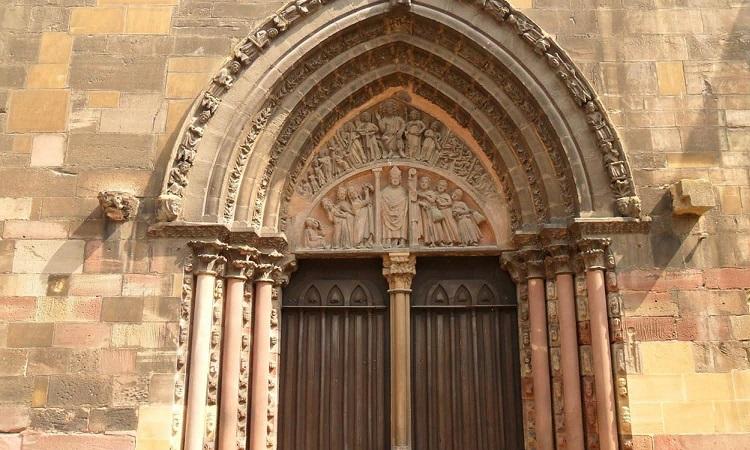 Cổng vòm với đặc trưng kiến trúc Gothic