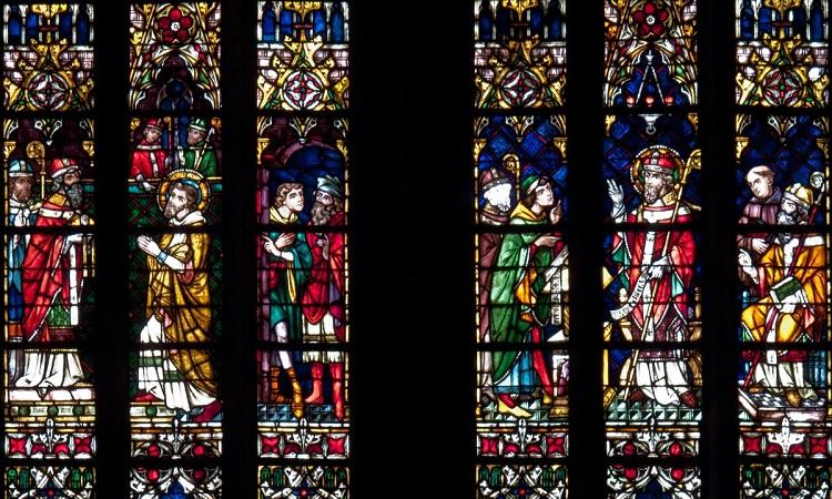 Tranh kính sặc sỡ bên trong nhà thờ
