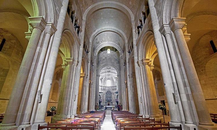 Mái vòm rất cao trong nhà thờ