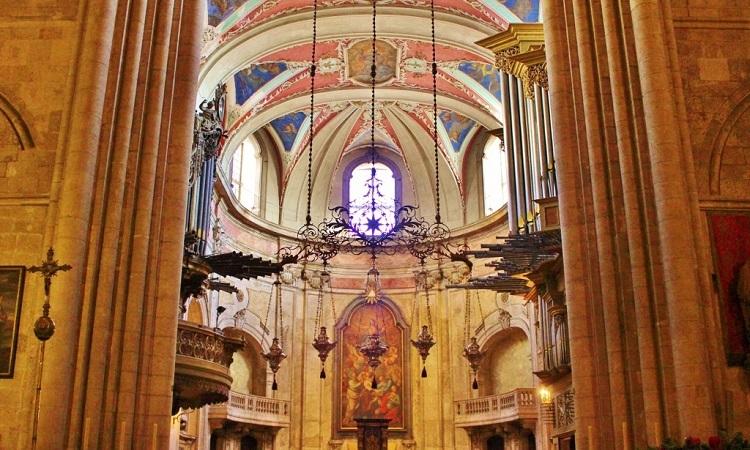 bên trong nhà thờ Lisbon (Sé)