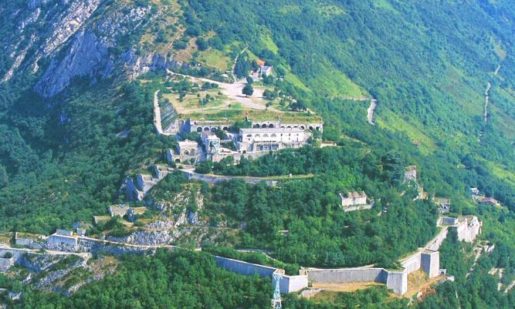 Toàn cảnh Pháo đài Fort de la Bastille trải rộng giữa triền núi