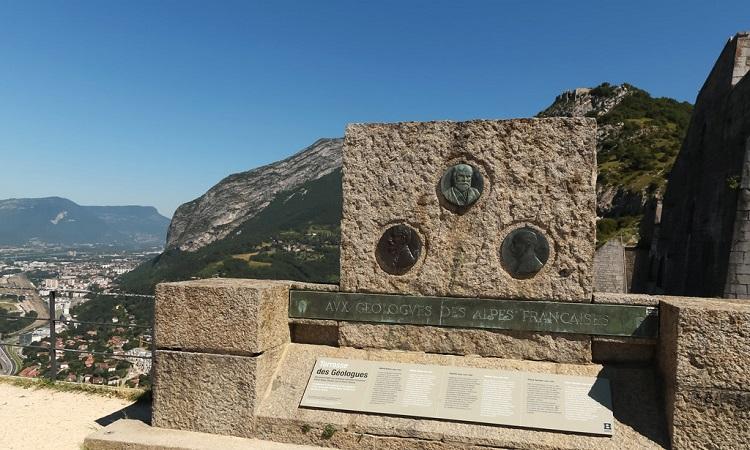 Bia kỉ niệm tạc hình 3 nhà địa chất của dãy núi Alps - Pháo đài Fort de la Bastille